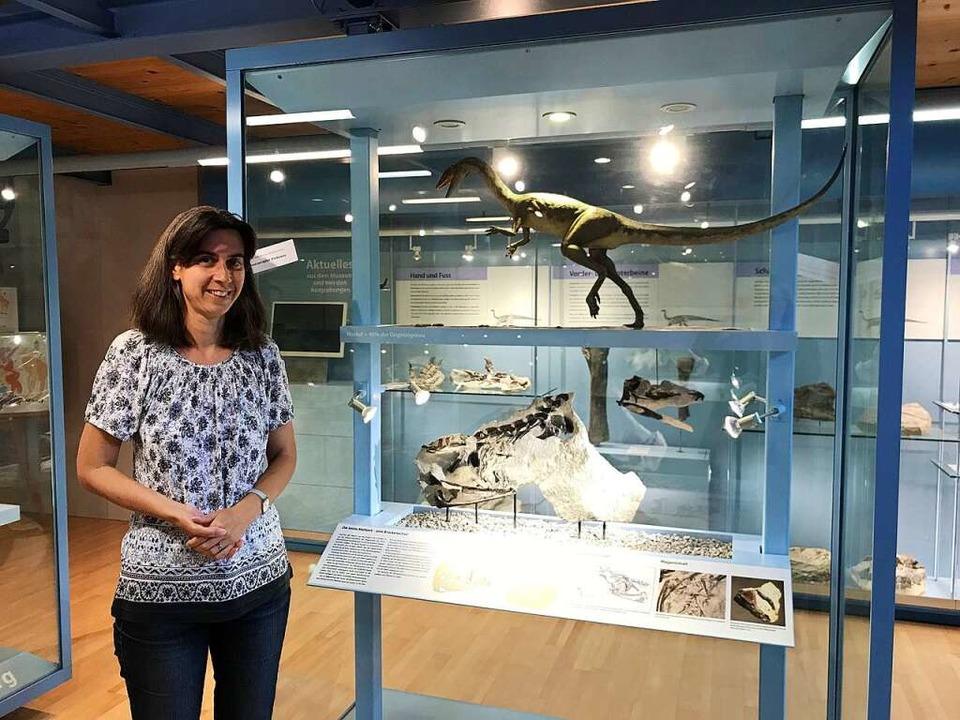 Die Leiterin des Sauriermuseums in Fri...igen Ausstellungsstücken der Sammlung.  | Foto: Nina Witwicki
