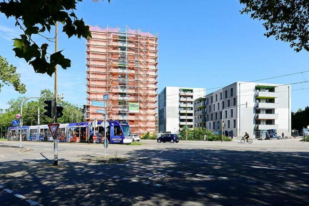 Für den Neubau hat Regierungspräsident...s Studierendenwerk Freiburg übergeben.  | Foto: Ingo Schneider