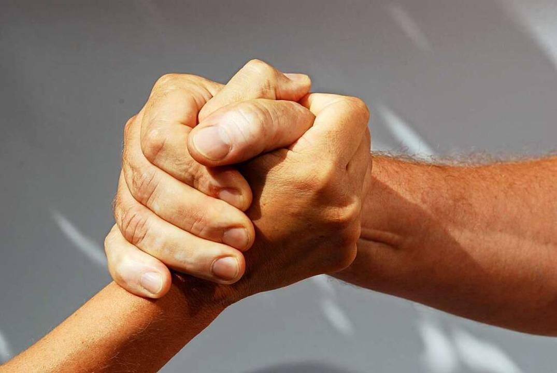 Nicht ganz klassisch ist dieser Handsc...er auch so begrüßen sich manche Leute.    Foto: Nelos - stock.adobe.com