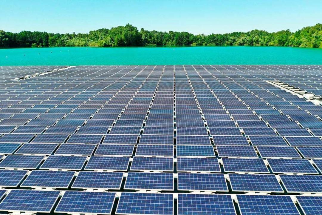 Eine schwimmende Photovoltaik-Anlage in Renchen  | Foto: Benedikt Spether (dpa)