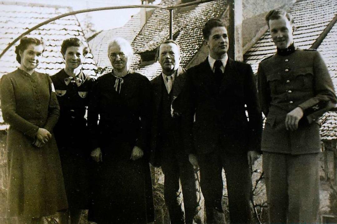 Erwin Rehmann (Zweiter von rechts) mit... Kurt (re.)  bereits im Militärdienst.  | Foto: privat