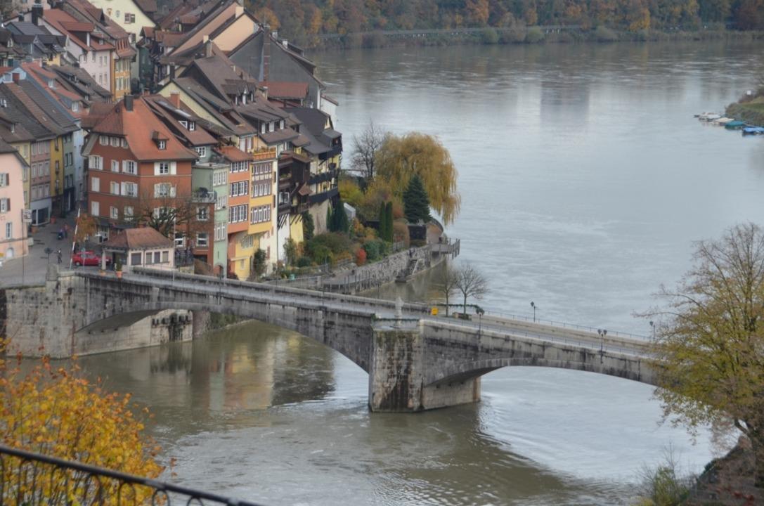 Die alte Brücke über den Rhein, die da...nd schweizerische Laufenburg verbindet  | Foto: Michael Krug