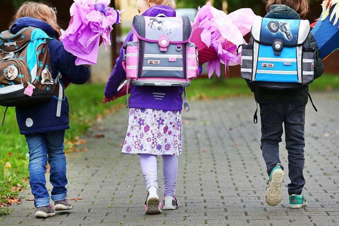 Drei Erstklässler sind mit ihren Schul...g zur Einschulung in die erste Klasse.  | Foto: Thomas Warnack