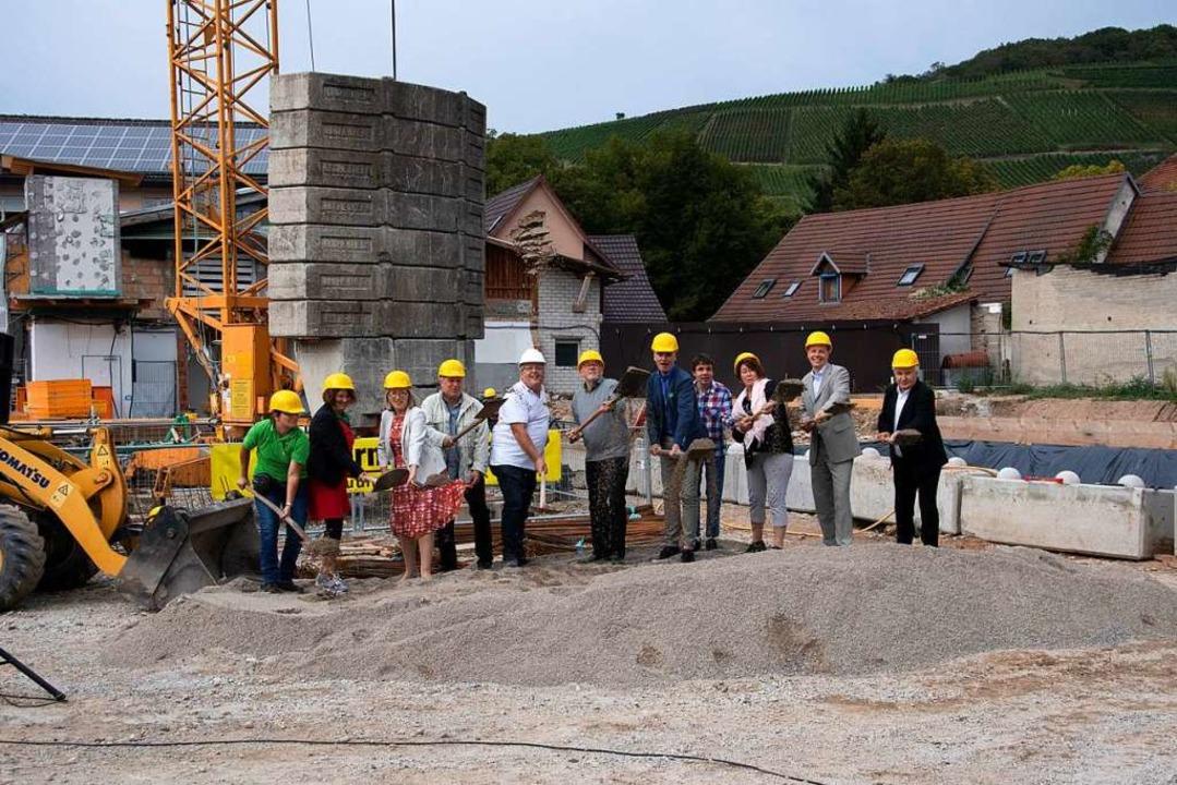 Der symbolische Spatenstich des Baupro... die ersten Bewohner einziehen können.  | Foto: Volker Münch