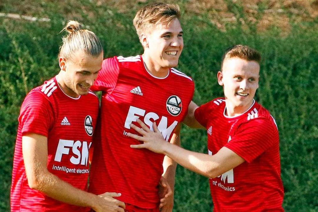 David Knobelspies , Valentin Denzel  u...i bejubeln ein Tor  des FSV RW Stegen.  | Foto: Matthias Konzok