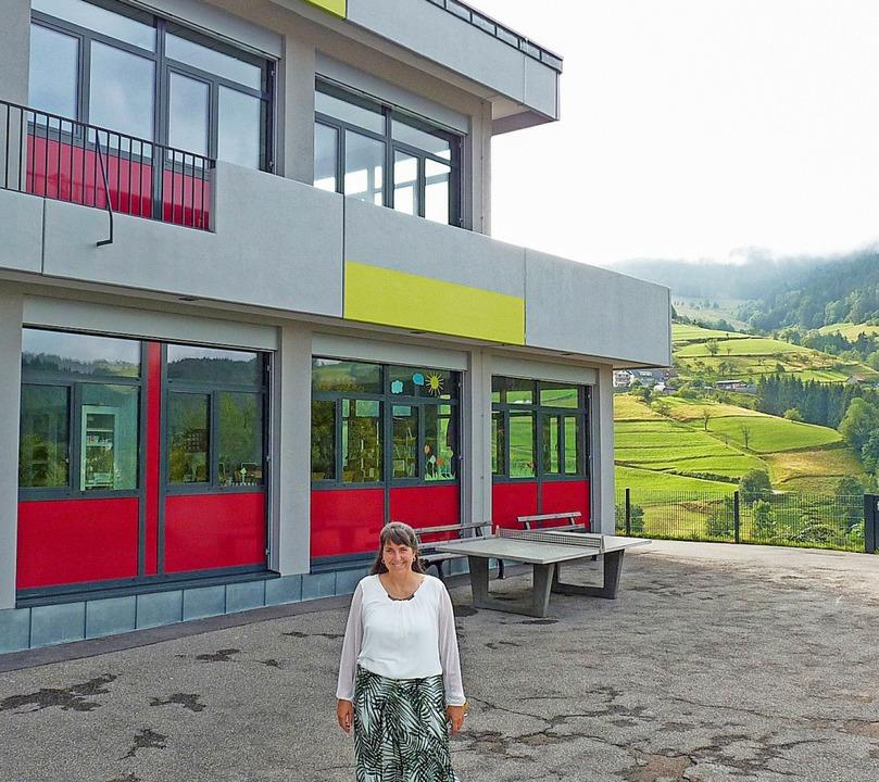 Schulleiterin Sibylle Schwarzwälder-Ab... dem Pausenhof stets die Berge sieht.   | Foto: Sattelberger
