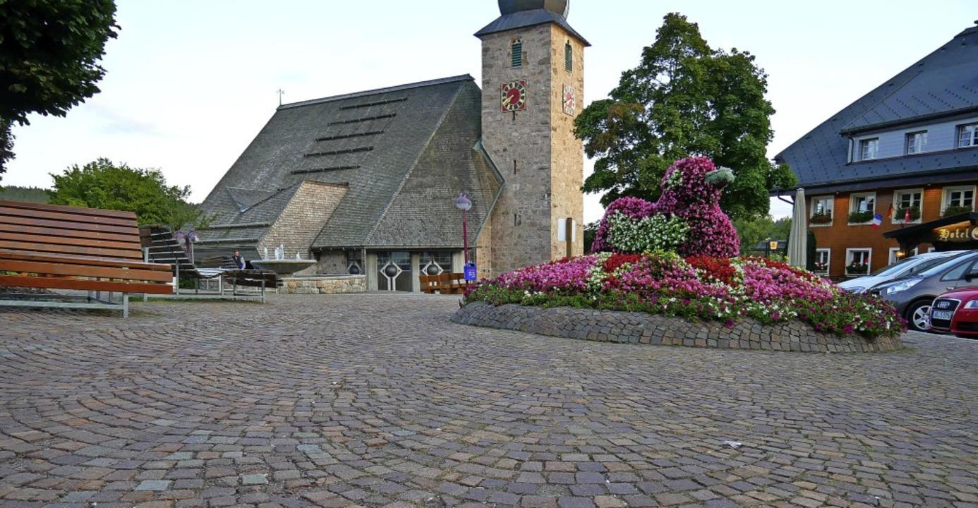Im  Landessanierungsprogramm wird das ... Kirchplatz und den Gehwegen ersetzt.     Foto: Eva Korinth