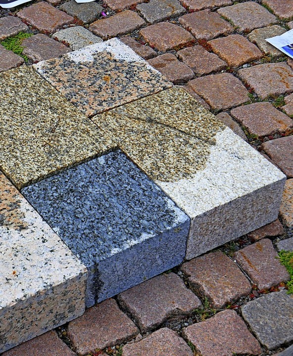 Mögliche Farbgestaltung für den Kirchp...it Natursteinen in drei Farbvarianten.    Foto: Eva Korinth
