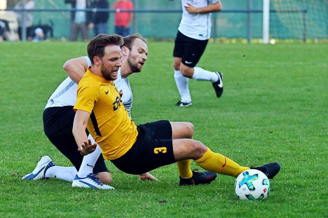 Till Olbrich (vorne) spielt die fünfte Saison als Verteidiger für den FV Sulz.  | Foto: Wolfgang Künstle