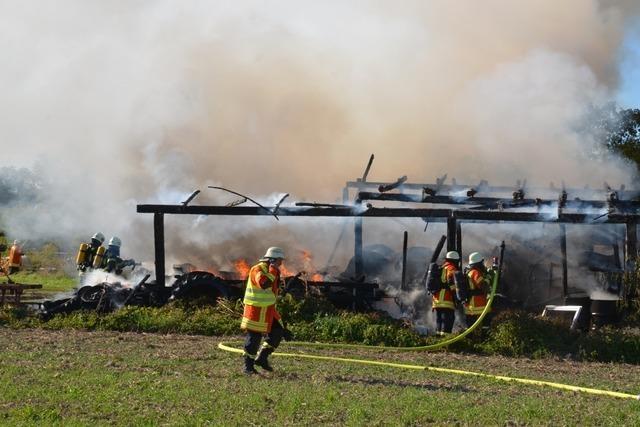 Scheunenbrand in Wyhl durch starken Rauch weithin sichtbar