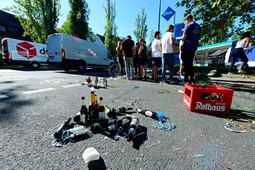 Bierflaschen und Konfetti: Vor dem Bal...ierten Jura-Studierende am Donnerstag.  | Foto: Ingo Schneider