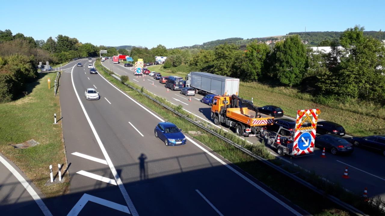 Ein Unfall mit drei beteiligten Pkw er... Binzen, der Verkehr wurde umgeleitet.  | Foto: Hannes Lauber