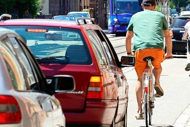 Auto stößt in Bahnhofstraße mit Radfahrer zusammen