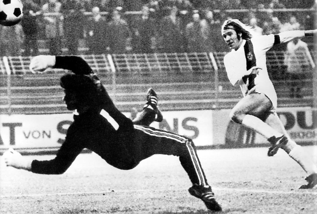 Gladbachs Günter Netzer überwindet am ...burger FC  mit einem wuchtigen Schuss.  | Foto: dpa