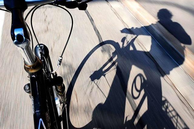 Kind fährt in der Wiehre mit einem Fahrrad gegen ein stehendes Auto