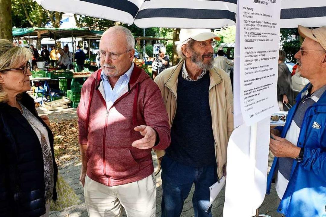 Unterschriften sammeln unter anderem (...Helmut Birkemeyer und Folkmar Biniarz.  | Foto: Thomas Kunz
