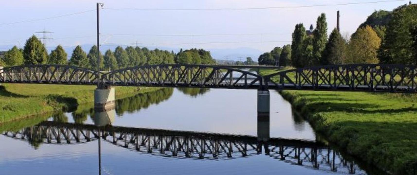 Die Eisenbahnbrücke über den Leopoldsk...er Spiegelung ein beliebtes Fotomotiv.  | Foto: Annika Sindlinger