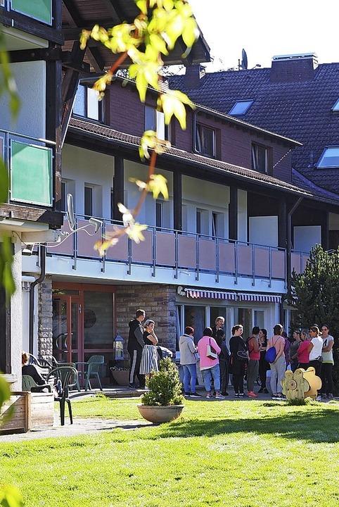 Bruni Bächle gibt den neuen Patienten ...ng und führt sie dann durch Lenzkirch.  | Foto: Susanne Gilg