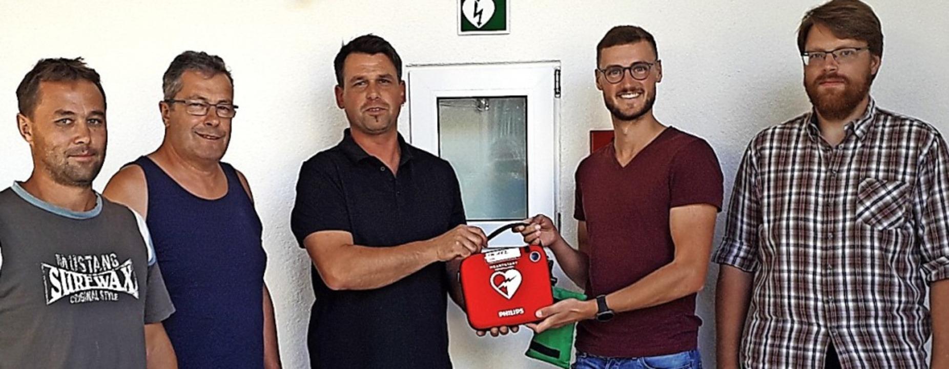 Mit dem neuen Defibrillator (von links...tal) und Timo Philipp (Ortschaftsrat).  | Foto: Ortsverwaltung Riedichen