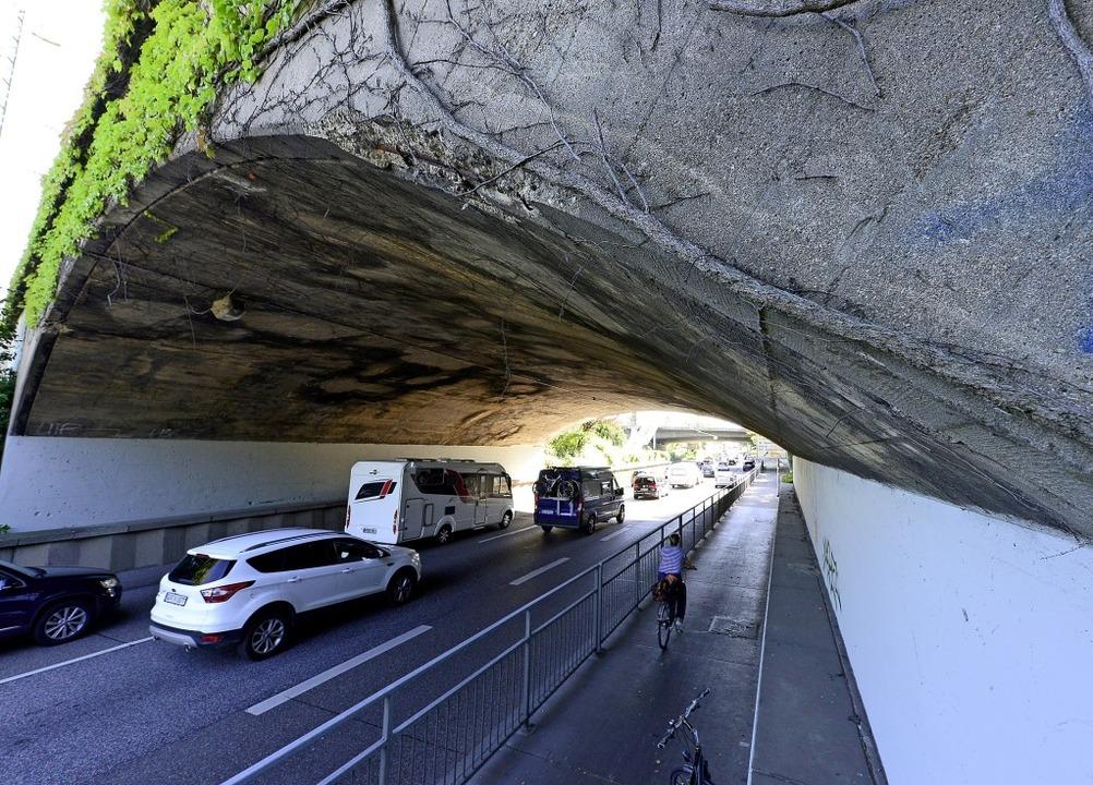 Die Eisenbahnbrücke führt über die  B3...e Schule radelte, schob sie beiseite.   | Foto: Ingo Schneider