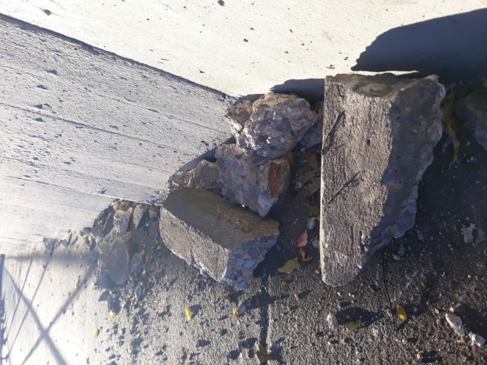 Die Brocken eines etwa 1,20 Meter lang... Beton, der von einer Bahnbrücke fiel.  | Foto: Jörn Koberne