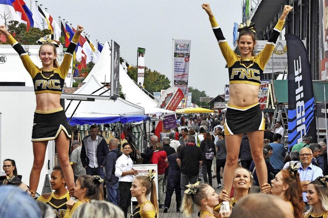 Gefüllter Messeboulevard und Cheerleader auf der Baden Messe    Foto: Jens Kitzler