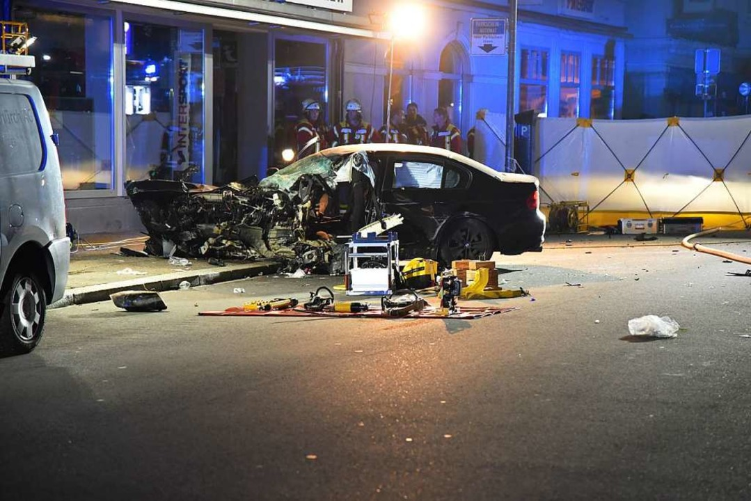 Ein mit vier Personen besetzter BMW wa...hwindigkeit auf die Gegenspur geraten.  | Foto: Martin Eckert