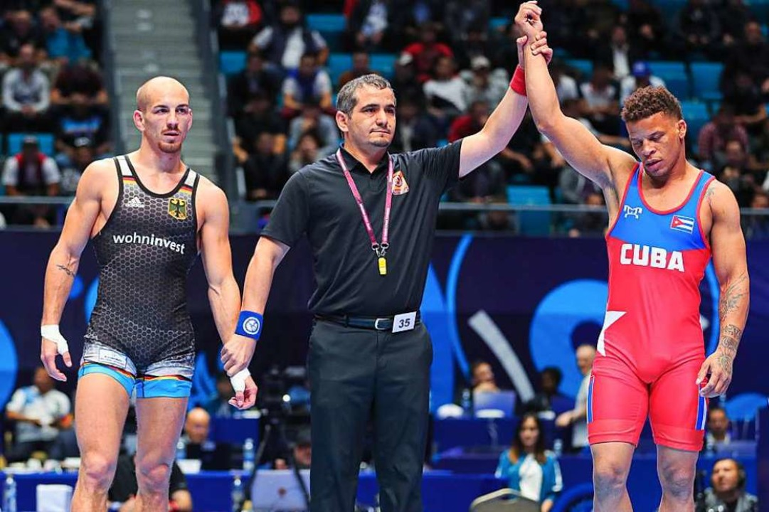Enttäuscht: Frank Stäbler (links) nach...en  den Kubaner Ismael Borrero Molina.  | Foto: Kadir Caliskan (dpa)