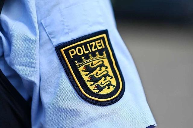 Polizisten fangen eine Kornnatter in Weil am Rhein