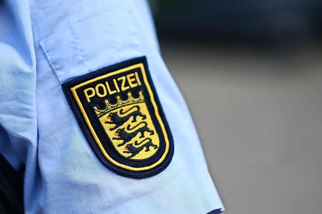 Ein ungewöhnlicher Einsatz für die Polizisten.  | Foto: Jonas Hirt