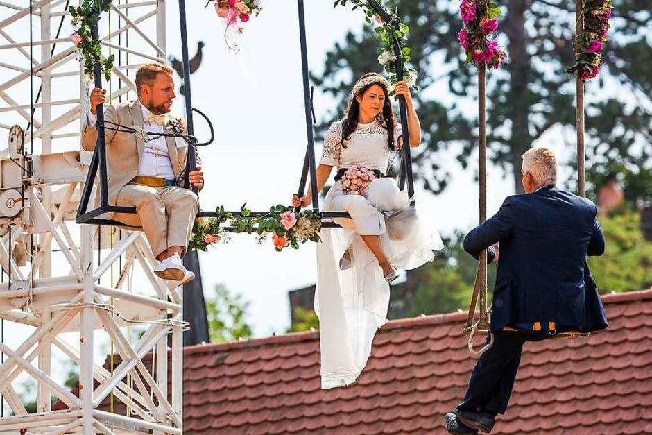 Das Breisacher Stadtfest mit spektakulärer Hochzeit in der Luft. (Foto: Philipp von Ditfurth (dpa))