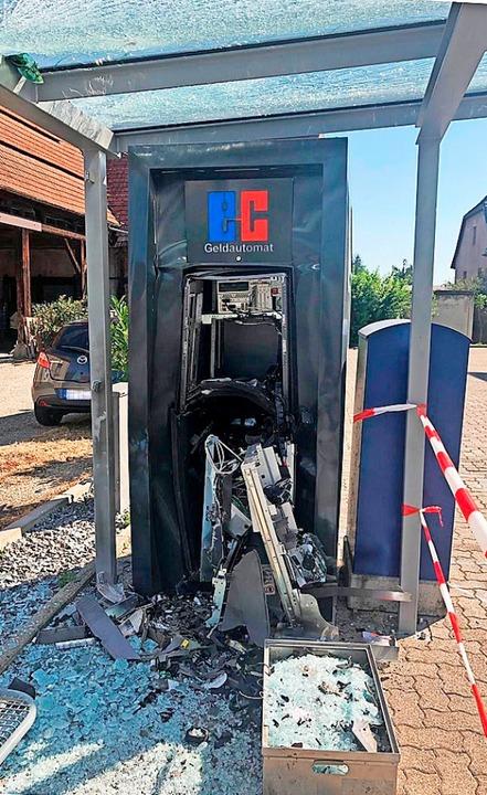 Der zerstörte Geldautomat in der Weisw...sdach des dortigen Buswartehäuschens.     Foto: Privat