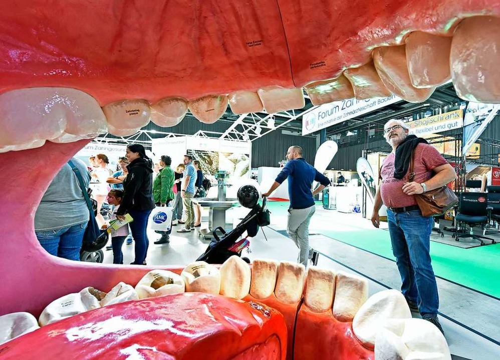 Eine überlebensgroße Mundhöhle  | Foto: Michael Bamberger