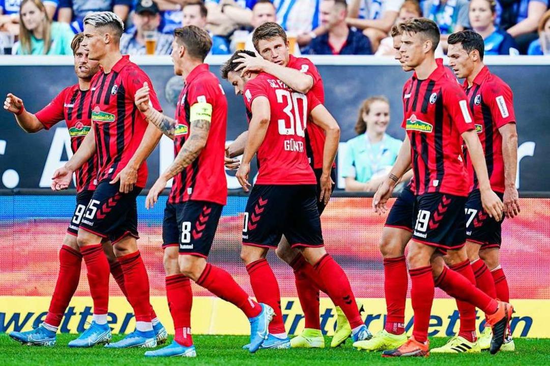 Die Freiburger bejubeln eines ihrer Tore.  | Foto: Uwe Anspach (dpa)