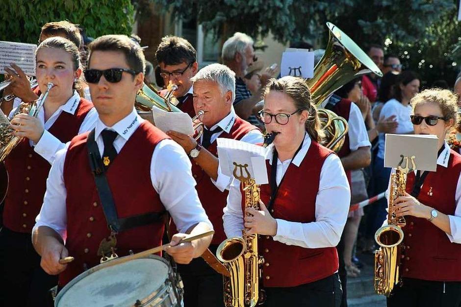 Bei bilderbuchhaftem Spätsommerwetter gaben sich mehrere regionale Musikvereine und zwei Fasnachtscliquen aus dem Breisgau ein Stelldichein auf dem Festumzug des Offnadinger Musikvereins (Foto: Ralph Fautz)