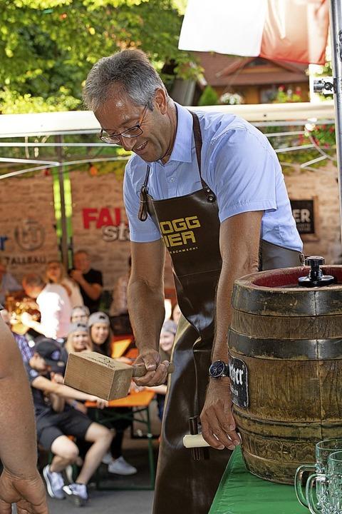 Der Fassanstich gehört zum Handwerk ei...ingen die Stimmung im Zelt zum Kochen.  | Foto: Wolfgang Scheu