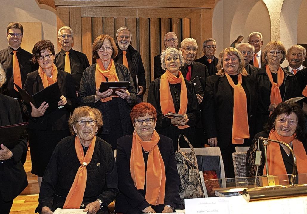 Sonntag beim Gottesdienst: Auch der Kirchenchor gratuliert musikalisch.  | Foto: Wolfgang Scheu