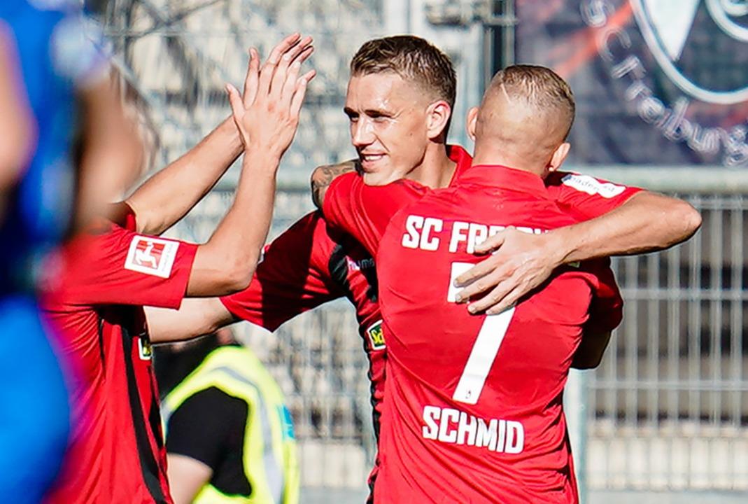 Nils Petersen wird zum 3:0 beglückwünscht.  | Foto: Uwe Anspach (dpa)