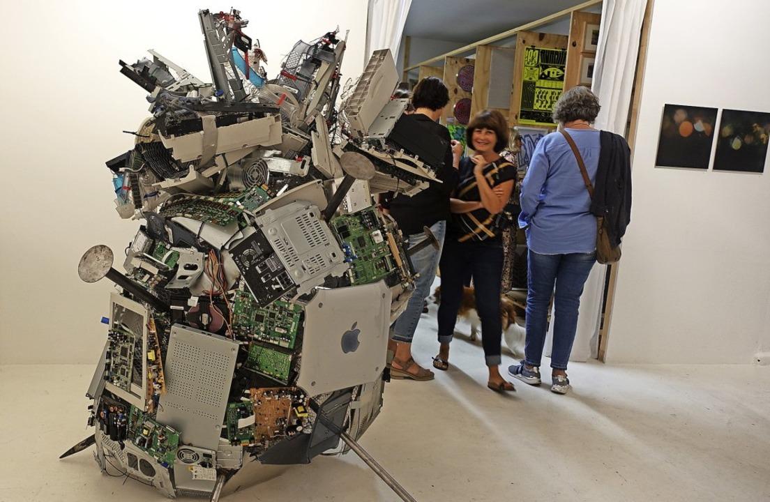 Hingucker im Freiraumkunstlager ist di... Elektroschrott von Robert Zumkeller.   | Foto: Roswitha Frey