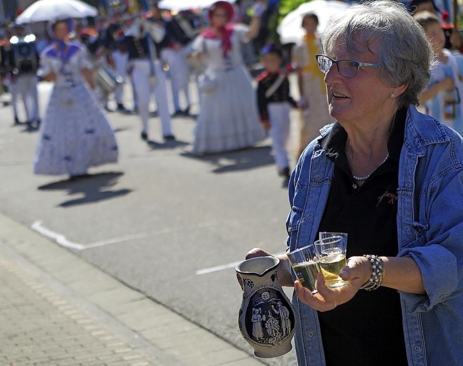 Ein kühler Schluck Weißwein für die Umzugsbesucher.    Foto: Beatrice Ehrlich