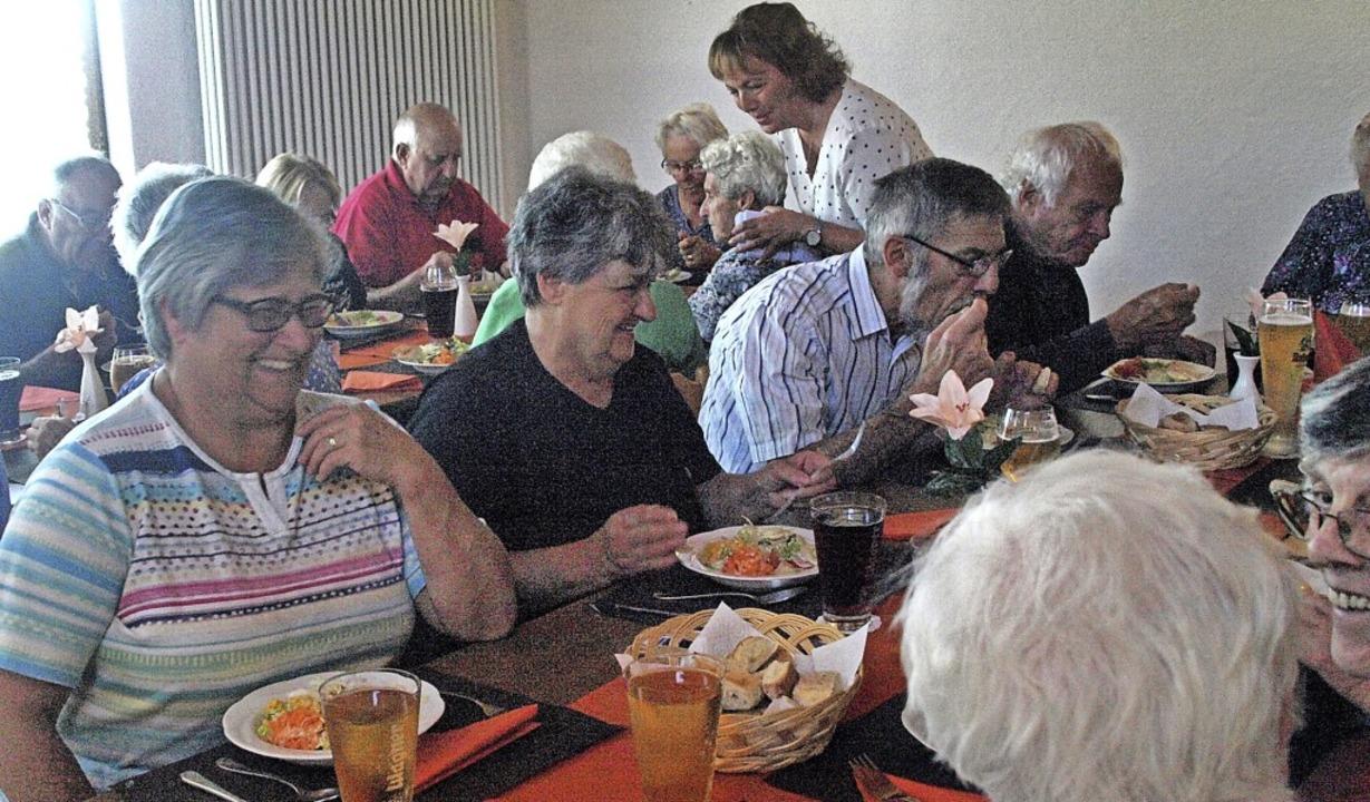 30 Anmeldungen gab es für den ersten gemeinsamen Mittagstisch.  | Foto: Karin Stöckl-Steinebrunner