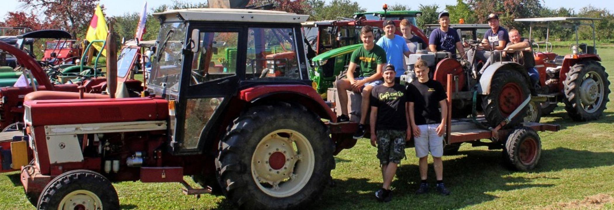 Gleich mit fünf Traktoren waren diese jungen Männer  aus Tannenkirch angereist.   | Foto: Reinhard Cremer