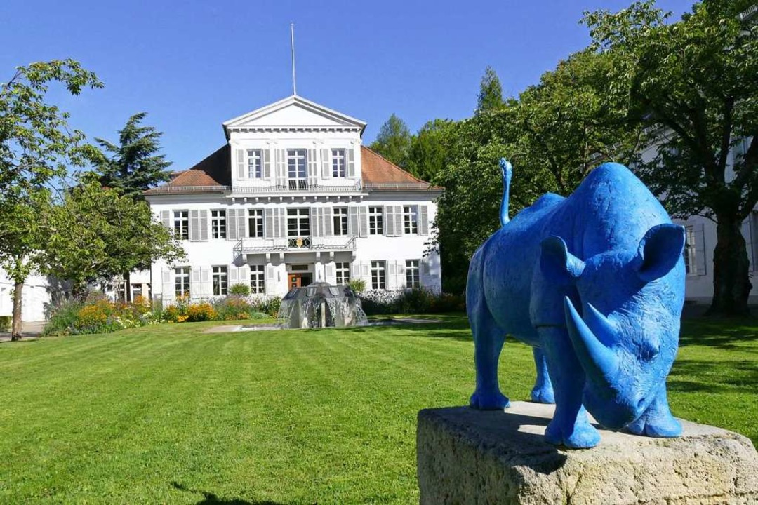 In der Villa Lotzbeck residiert der La...noch bewacht von einem blauen Nashorn.  | Foto: Christian Kramberg