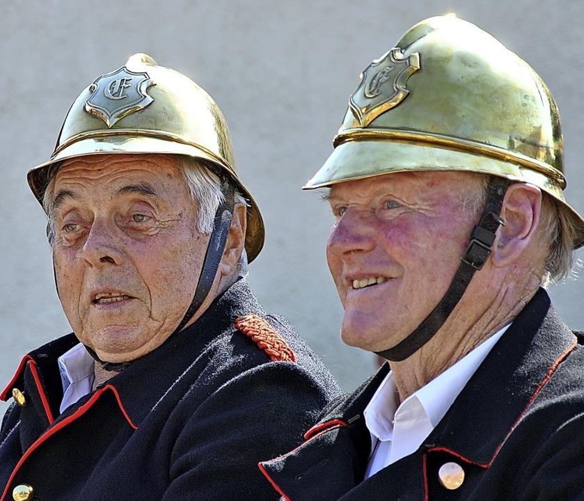 Zwei Herren der  Feuerwehr auf einem alten Einsatzwagen  | Foto: Ralph Fautz