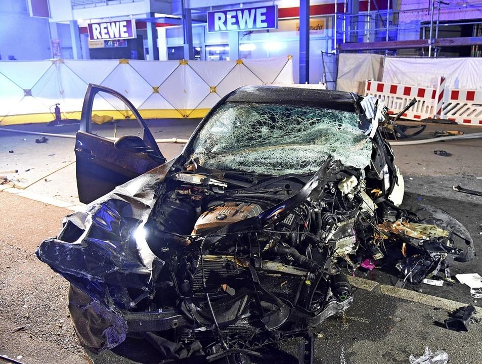 Totalschaden: Der mit vier jungen Männ...nglückte  BMW in der Nollinger Straße   | Foto: Martin Eckert