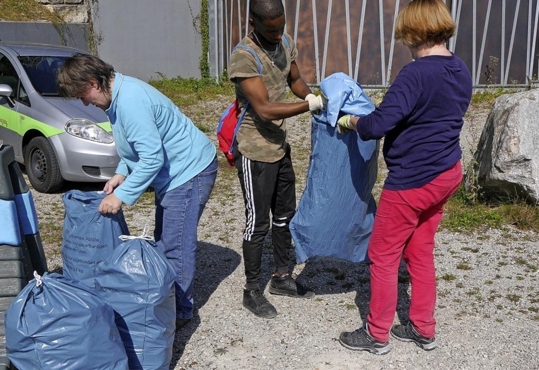 Die Aktiven, die mit der SPD in Rheinf...nde die Inhalte in große Abfallsäcke.   | Foto: Sophia Kaiser