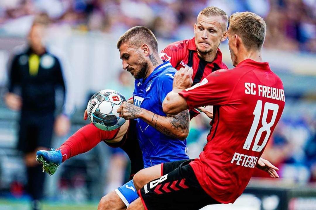 Nils Petersen (#18) erzielte in Hoffen...tät auf der rechten Freiburgern Seite.  | Foto: Uwe Anspach (dpa)