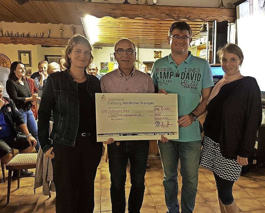 Katharina Dufner (links) und Franziska...ster  Tibi einen Scheck von 5000 Euro.  | Foto: Kurt Meier