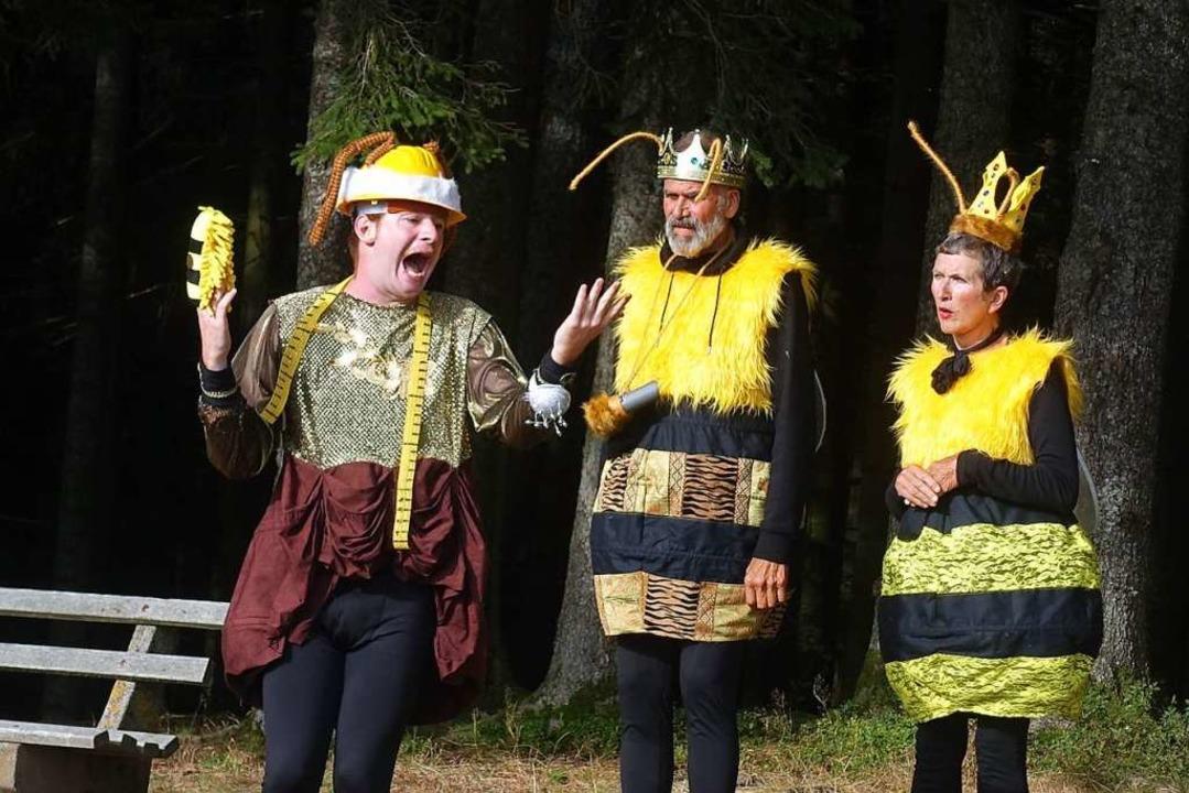 Aufruhr im Bienenstaat: Szene mit Mari...Tittel und Marianne Tittel (von links)    Foto: Roswitha Frey