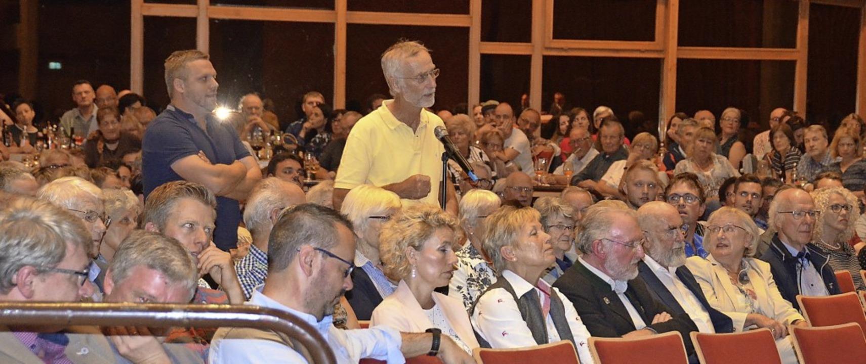 Mehrere Bürger stellten den beiden anwesenden Kandidaten Fragen.     Foto: Sebastian Barthmes